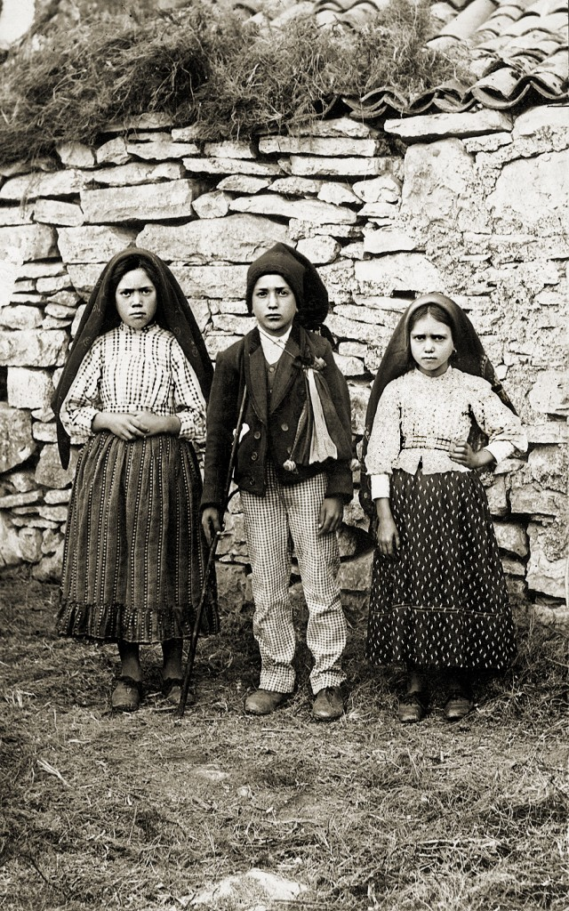 From left: Lúcia (age 10), Jacinta (7), and Francisco (9) in 1917 / Public Domain / Wikimedia Commons